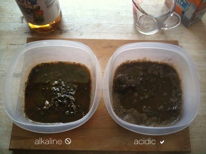Turnați oțetul direct peste mostra de sol pentru vedea dacă reacționează. Bicarbonatul de sodiu îl puteți pune peste solul îmbibat în apă, după care amestecați.